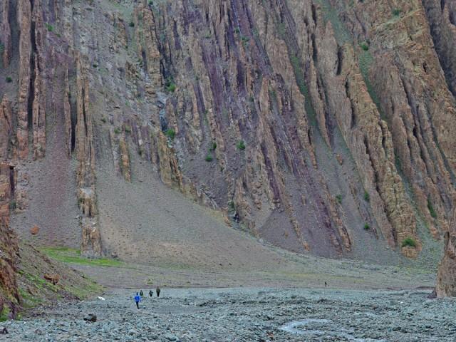 Hikers on way to Stok Kangri